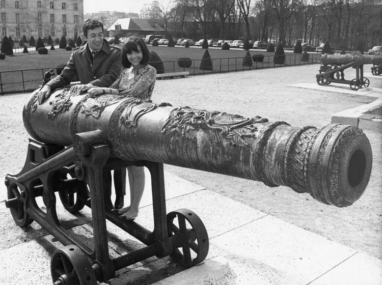Serge Gainsbourg & Minouche Barelli in front of a canon